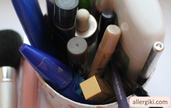 Даже косметика может вызвать аллергию. причиной тому - состав, куда может входить огромное количество аллергенов.